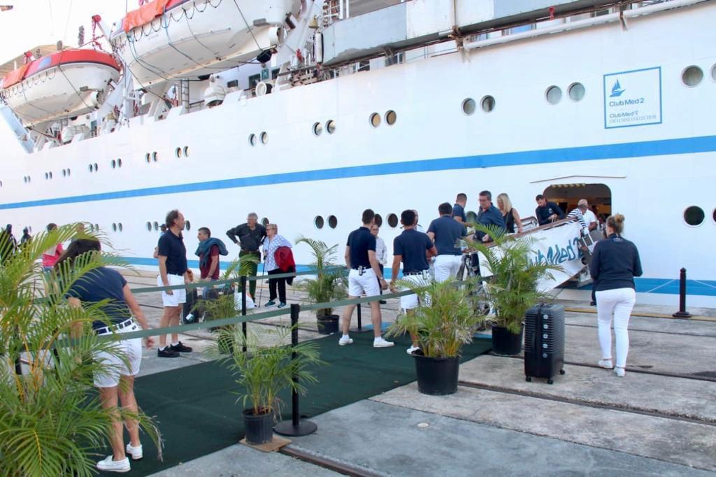 Cruceristas que estaban en puerto dominicano fueron llevados a aeropuertos para retorno