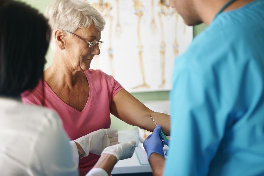 Un análisis de sangre podría predecir quienes estarían en riesgo de sufrir alzhéimer