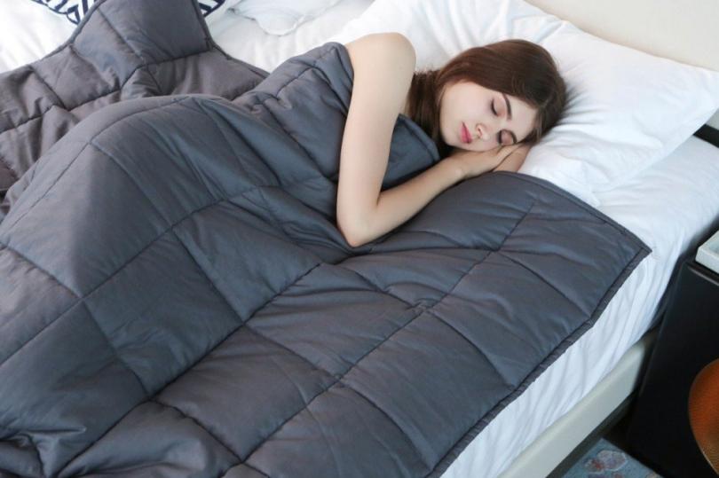 Estudio confirma la efectividad de mantas pesadas para tratar el insomnio